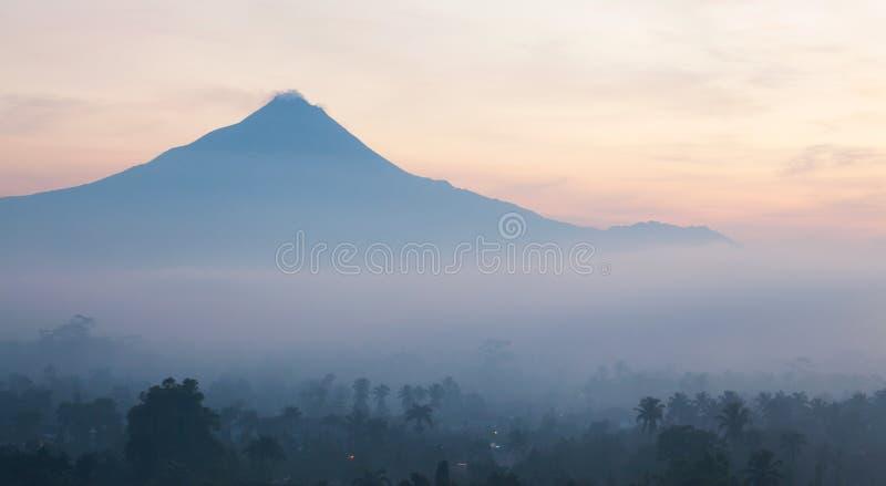 Soluppgången landskap berg Merapi Indonesien royaltyfri bild