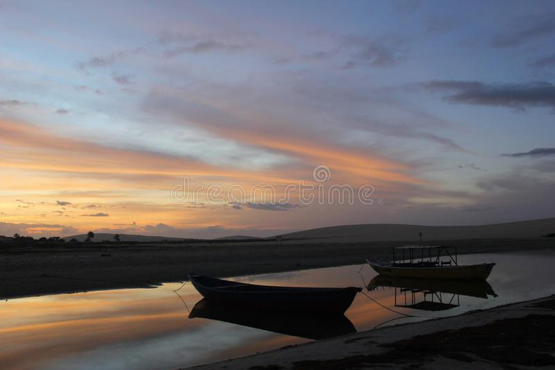 Soluppgångfartyg på den glänsande stranden royaltyfri fotografi