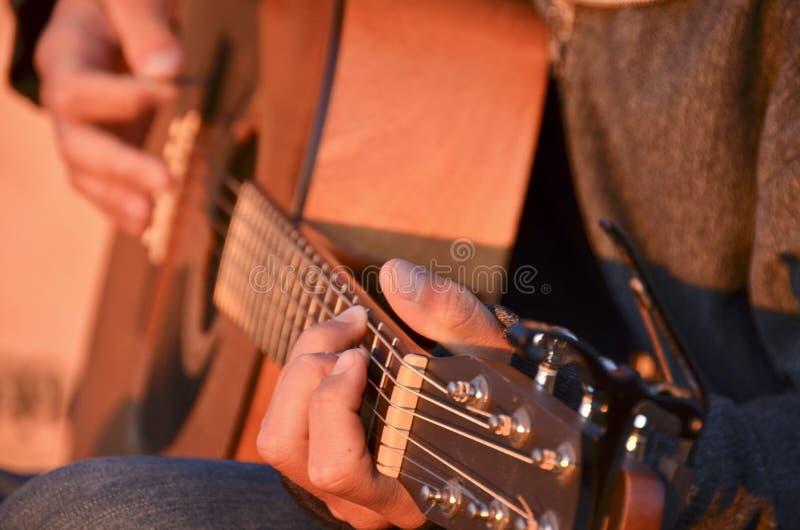 Soluppgånggitarr arkivbild