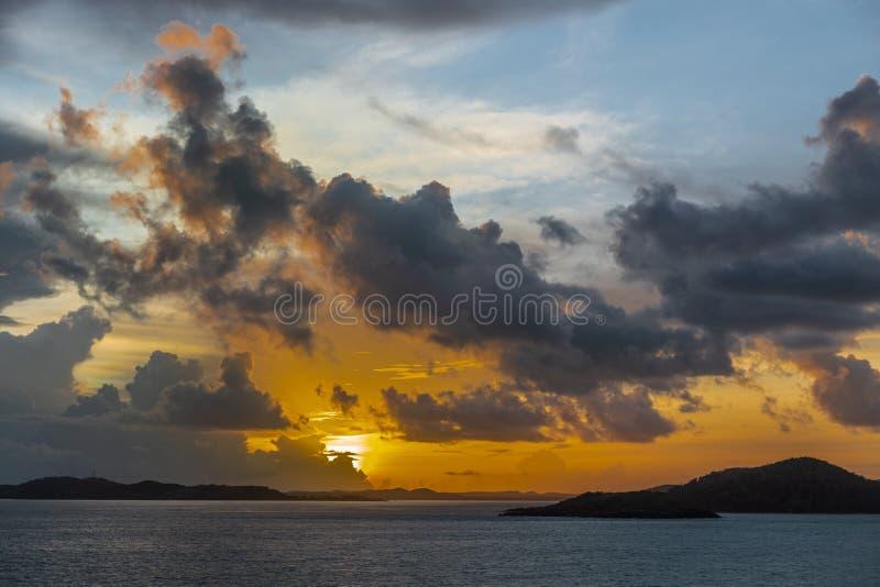 Soluppgånghimlar över Torres kanalöar skärgård, Australien royaltyfria foton