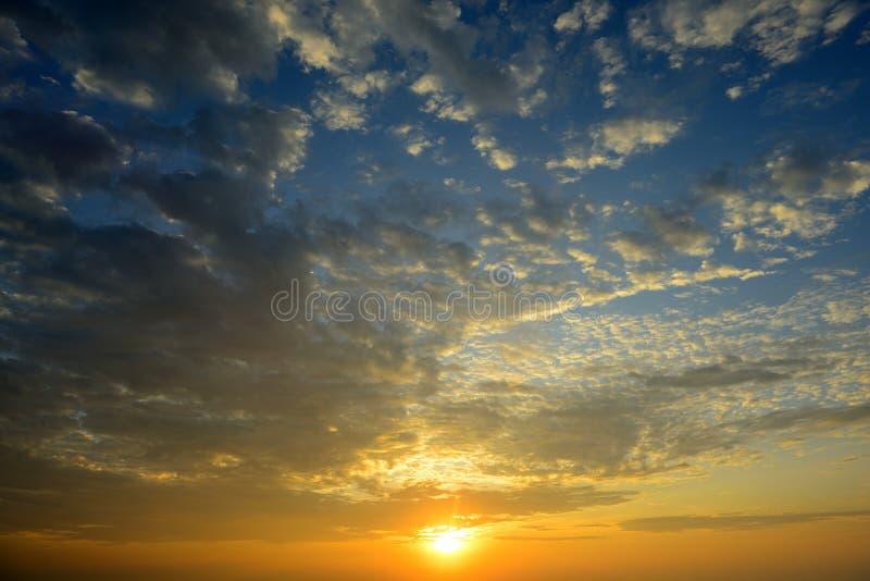 Soluppgånghimmel med molnet arkivfoto