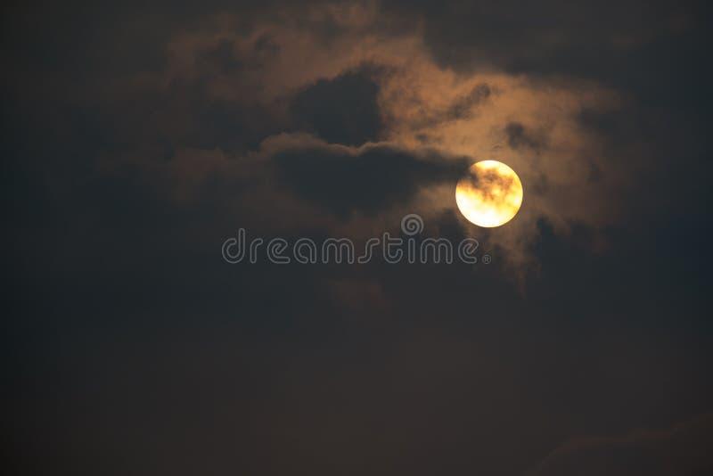 Soluppgånghimmel och moln royaltyfri bild