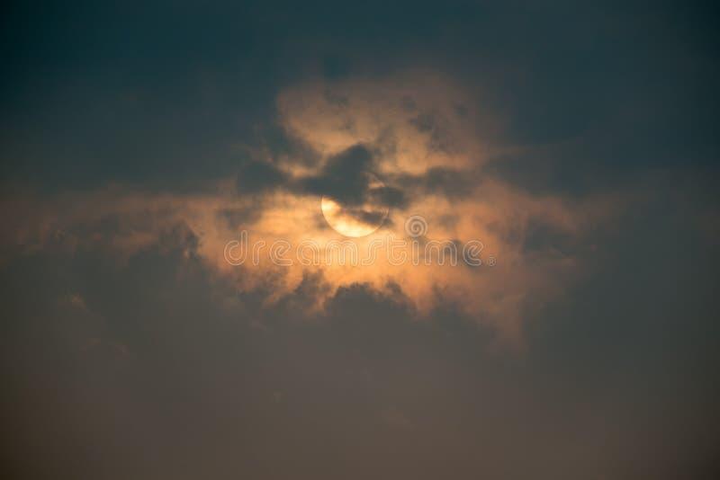 Soluppgånghimmel och moln royaltyfria bilder