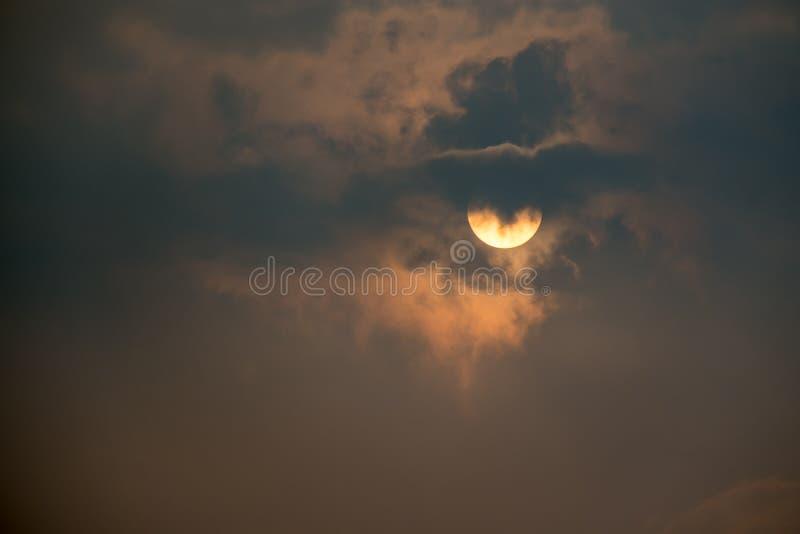 Soluppgånghimmel och moln royaltyfria foton