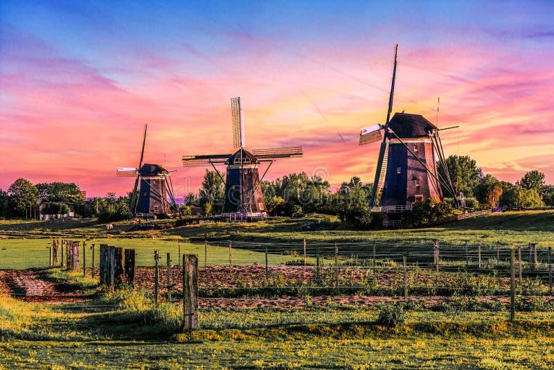 Soluppgånghus över jätten av Nederländerna arkivfoton