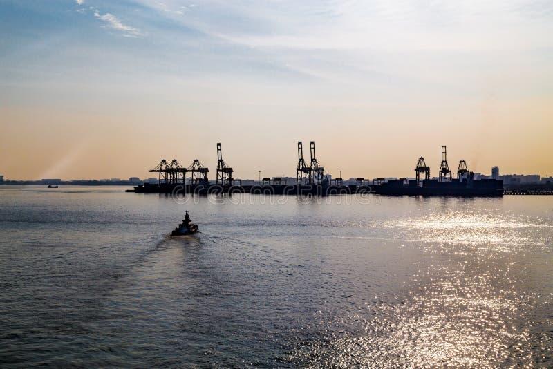 Soluppgångkontursikt av Penang port från svårigheter av Malacca royaltyfri fotografi