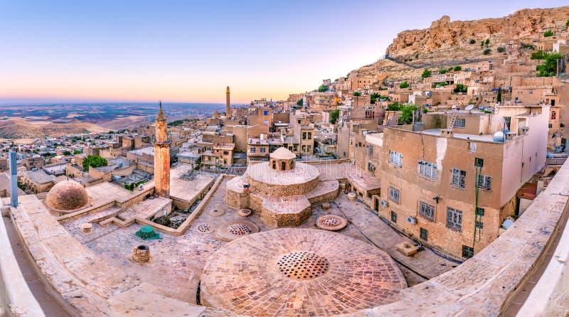 Soluppgånglandskapsikt av den gamla Mardin staden arkivfoto