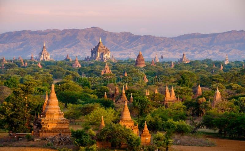 Soluppgånglandskapsikt med konturer av gamla tempel, Bagan fotografering för bildbyråer