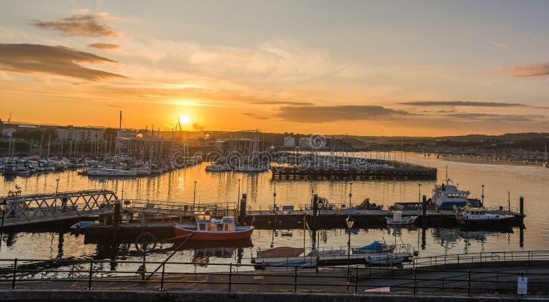 Soluppgånglyxyachter och fartyg förtöjde i havsport Plymouth royaltyfri foto
