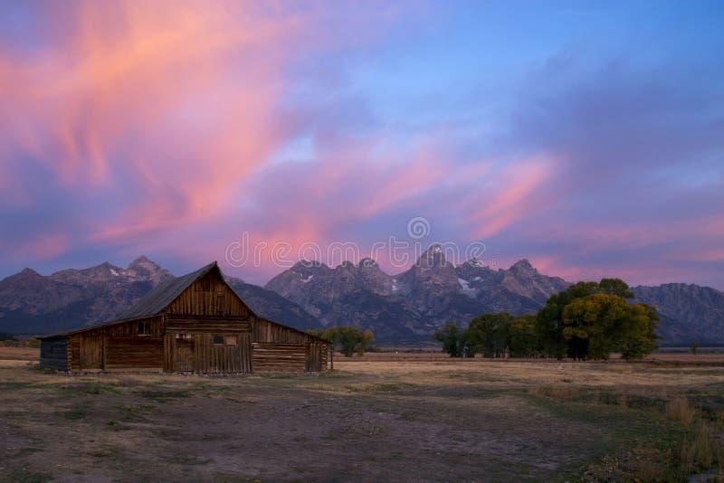 SoluppgångMoulton ladugård på mormonrad, storslagen Teton nationalpark, Wyoming arkivfoton