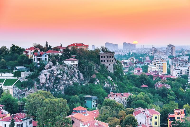 Soluppgångpanorama av den Plovdiv staden, Bulgarien royaltyfria foton