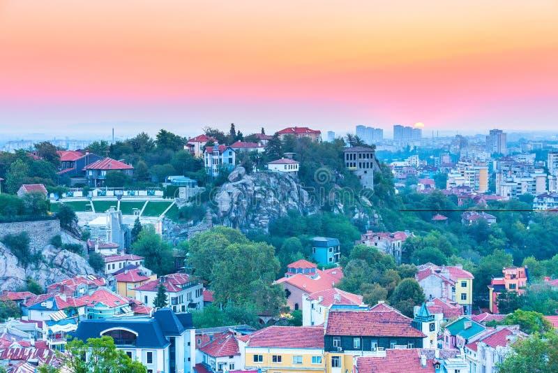 Soluppgångpanorama av den Plovdiv staden, Bulgarien fotografering för bildbyråer