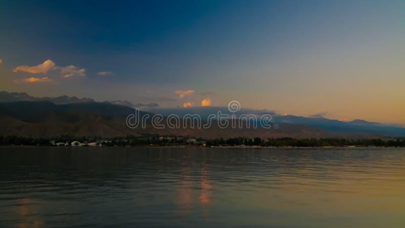 Soluppgångpanoramautsikt till Issyk-Kul sjön, Cholpon-Ata, Kirgizistan royaltyfri bild