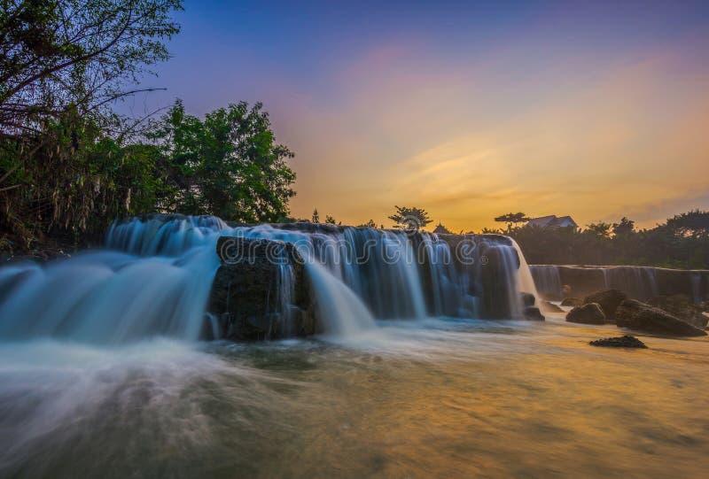 Soluppgångparigivattenfall arkivfoto