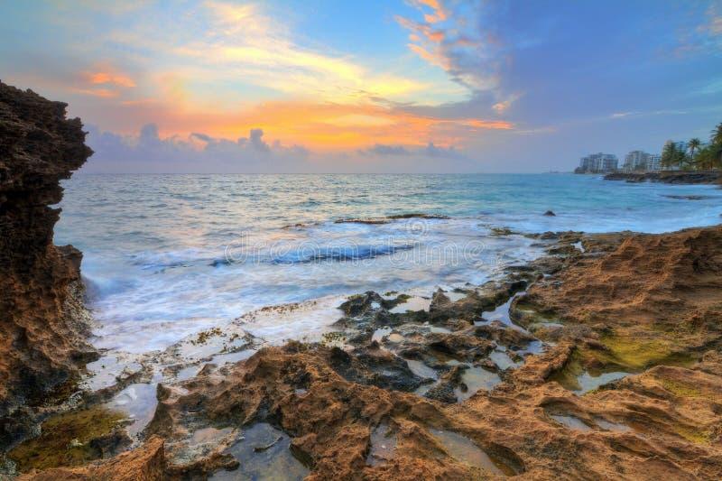 SoluppgångPuerto Rico kust royaltyfri bild