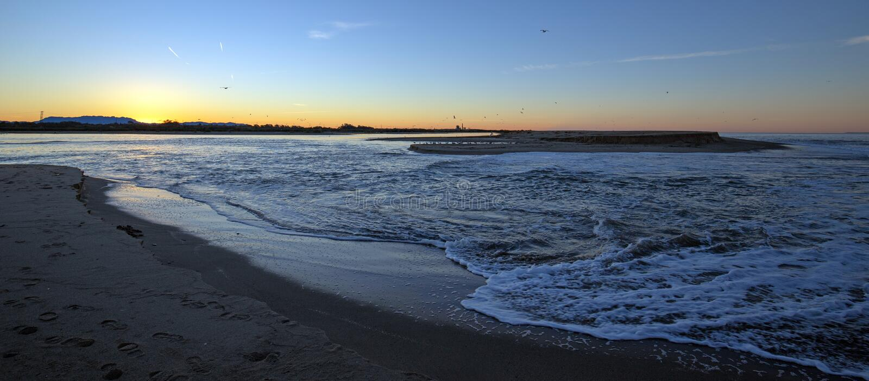 Soluppgångreflexioner över tidvattens- utflöde av den Santa Clara River breda flodmynningen på den McGrath delstatsparken av Vent fotografering för bildbyråer
