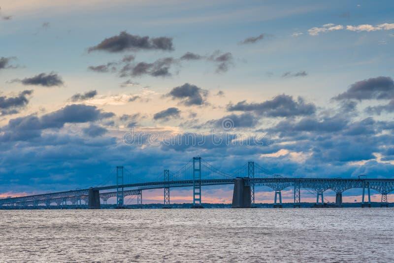 Soluppgångsikt av bron för Chesapeakefjärd från Sandy Point State Park, i Annapolis, Maryland royaltyfri bild