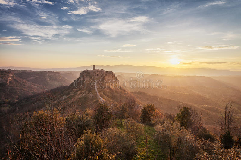 Soluppgångsikt av Civita di Bagnoregio, Lazio, Italien arkivfoto