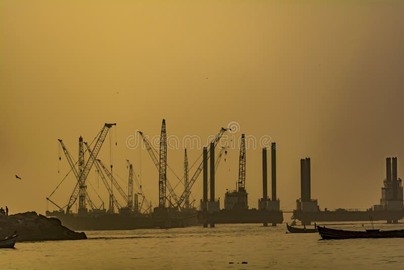 Soluppgångsikt av en fungerande port/hamn arkivbild