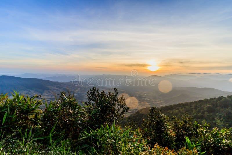 Soluppgångsikt av landskapet på tropisk bergskedja Phu Nat Rua royaltyfri bild