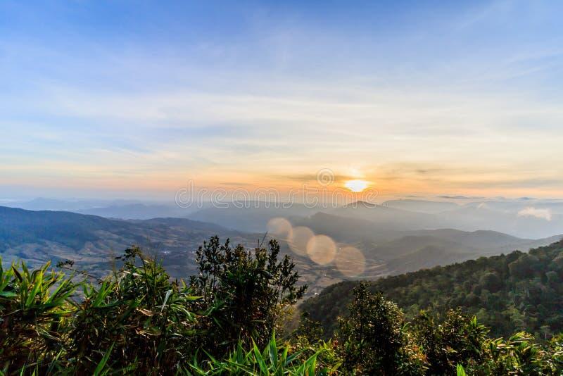 Soluppgångsikt av landskapet på tropisk bergskedja Phu Nat Rua arkivbilder