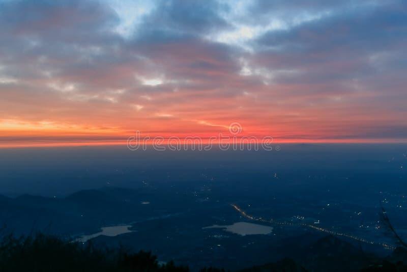 Soluppgångsikt av Mount Tai Riktningen av bergen Morgonglödet av soluppgång Moln svaller, färgrika moln på soluppgång arkivfoto