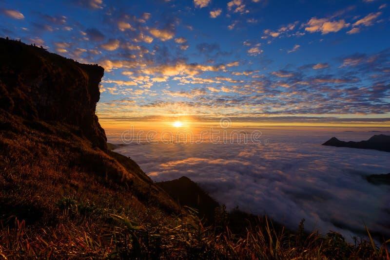 Soluppgångsikt på den Phu chifa, Chiang Rai arkivbilder