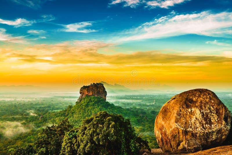 Soluppgångsikten till Sigiriya vaggar från Pidurangala vaggar i Sri Lanka royaltyfri bild