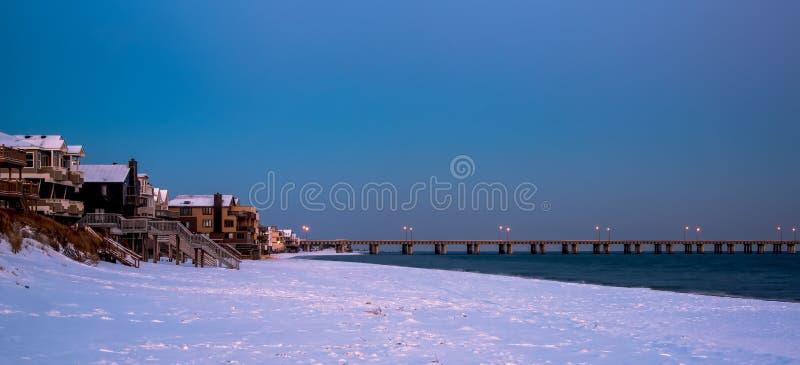 Soluppgångsnow på stranden royaltyfria foton