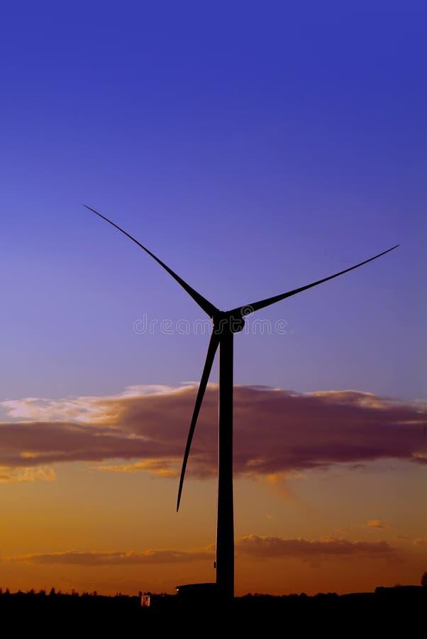 soluppgångsolnedgångwindfarm royaltyfri bild