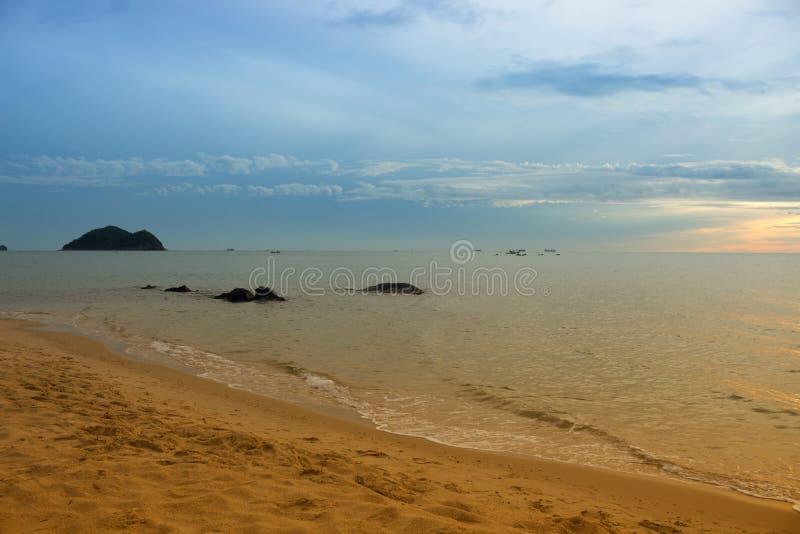 Soluppgångstrand på det härliga havet och för vattenhav för himmel den färgrika reflexet arkivfoto