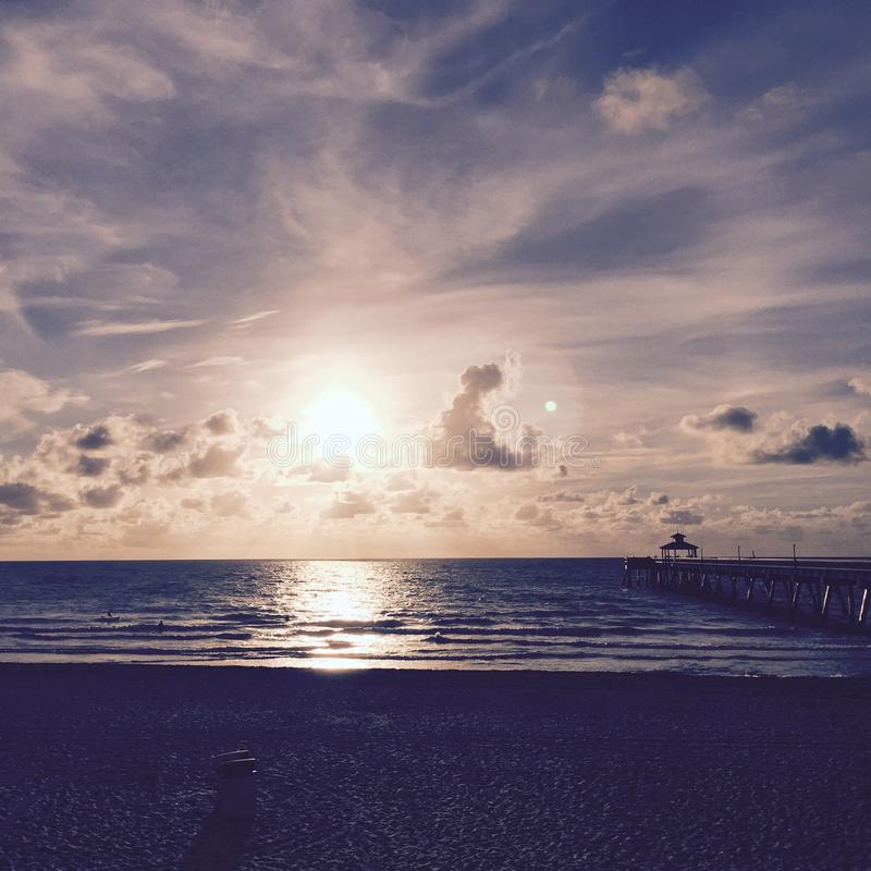 Soluppgångstrandpir arkivfoton