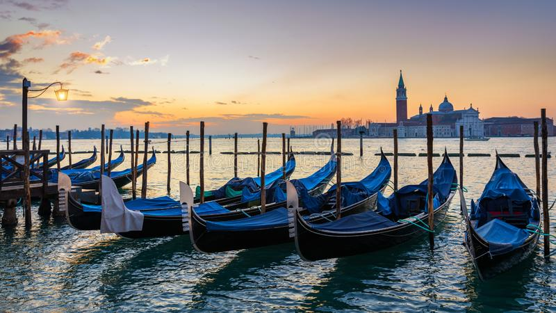 Soluppg?ng i den San Marco fyrkanten, Venedig, Italien kanaltusen dollar venice Arkitektur och gr?nsm?rken av Venedig Venedig vyk arkivfoton