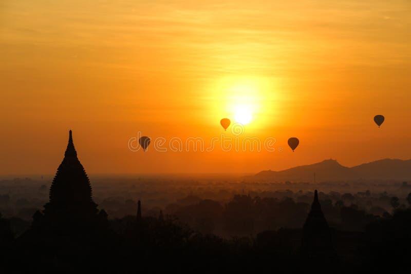 Soluppg?ng i Myanmar royaltyfria bilder