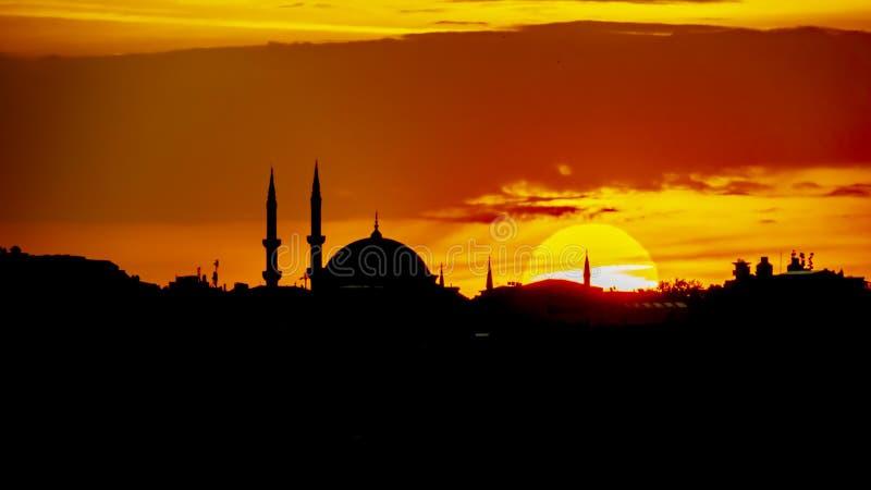 Soluppg?ng och stadskontur i istanbul royaltyfri foto