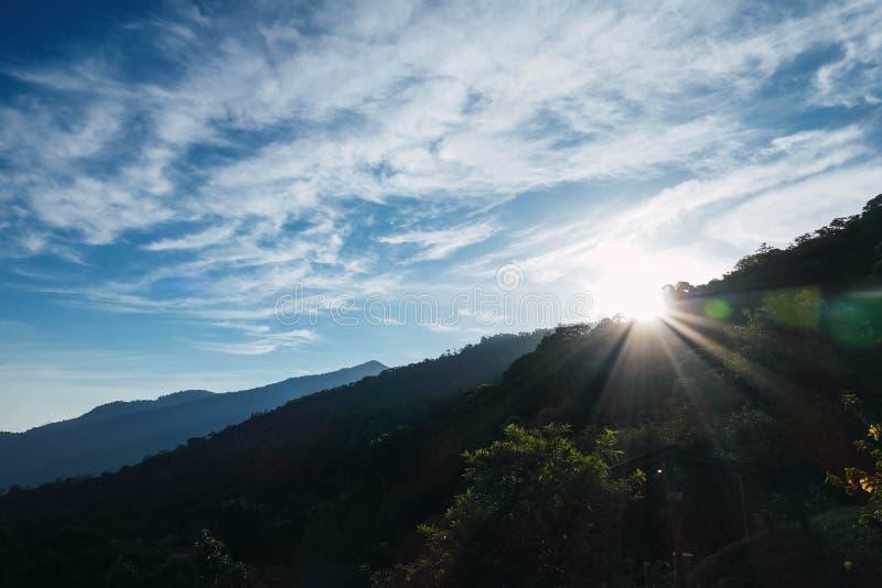 Soluppg?ng p? berg fotografering för bildbyråer