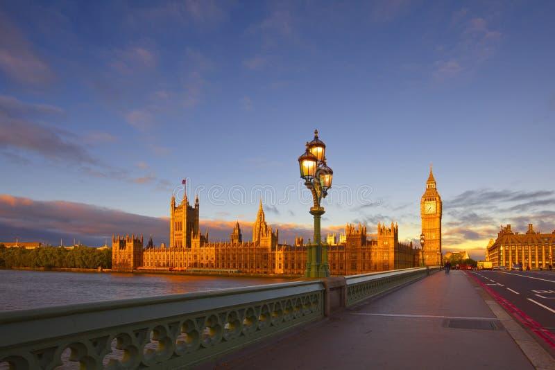 Soluppg?ng p? den Westminster bron, London fotografering för bildbyråer