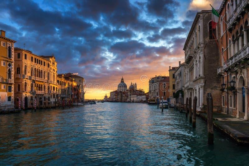 soluppg?ng venice Bild av Grand Canal i Venedig, med Santa Maria della Salute Basilica i bakgrunden Venedig ?r ett popul?rt fotografering för bildbyråer