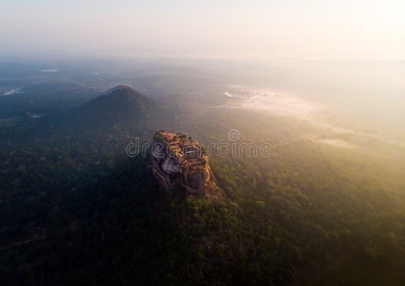 Soluppg?ng ?ver Sigiriya vaggar f?stningen i Sri Lanka den flyg- sikten royaltyfri fotografi