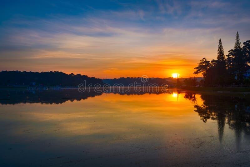 Soluppg?ng ?ver Xuan Huong Lake, Dalat, Vietnam panorama Panoramautsikt av Da-Latstaden, lilla Paris av Vietnam royaltyfri foto