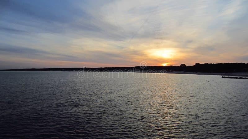 Soluppg?ng vid sommarhavet arkivfoton