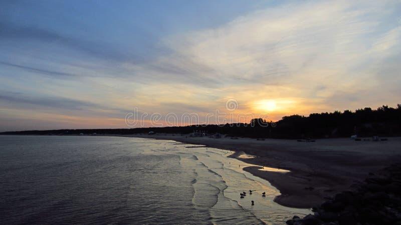Soluppg?ng vid sommarhavet royaltyfria foton