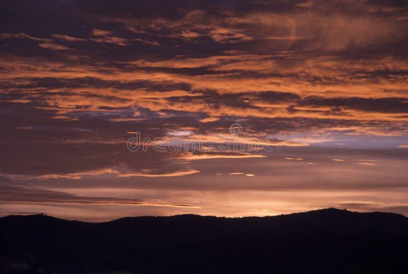 Soluppg?ngmoln och berg i Guatemala, dramatisk himmel med klockas slagf?rger royaltyfri foto