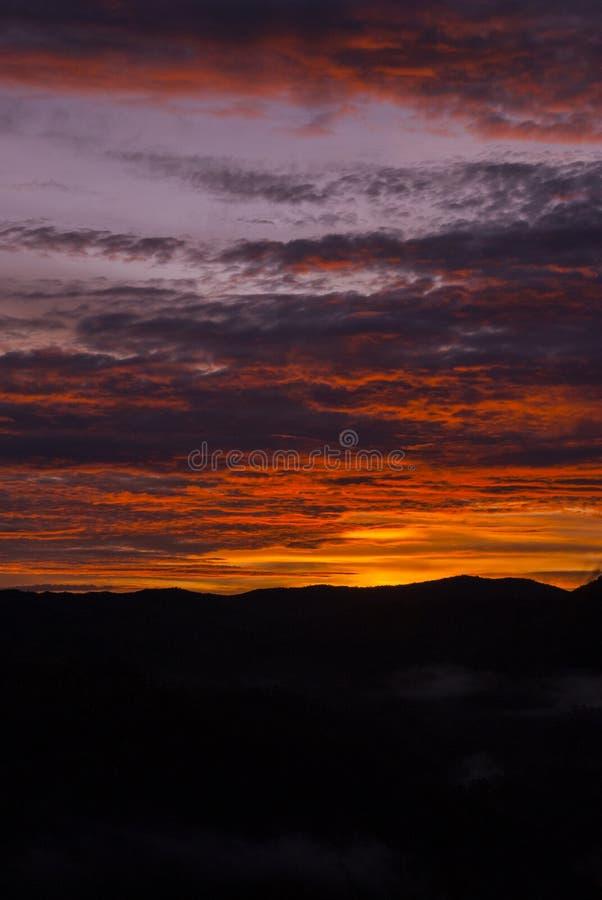 Soluppg?ngmoln och berg i Guatemala, dramatisk himmel med klockas slagf?rger royaltyfria bilder