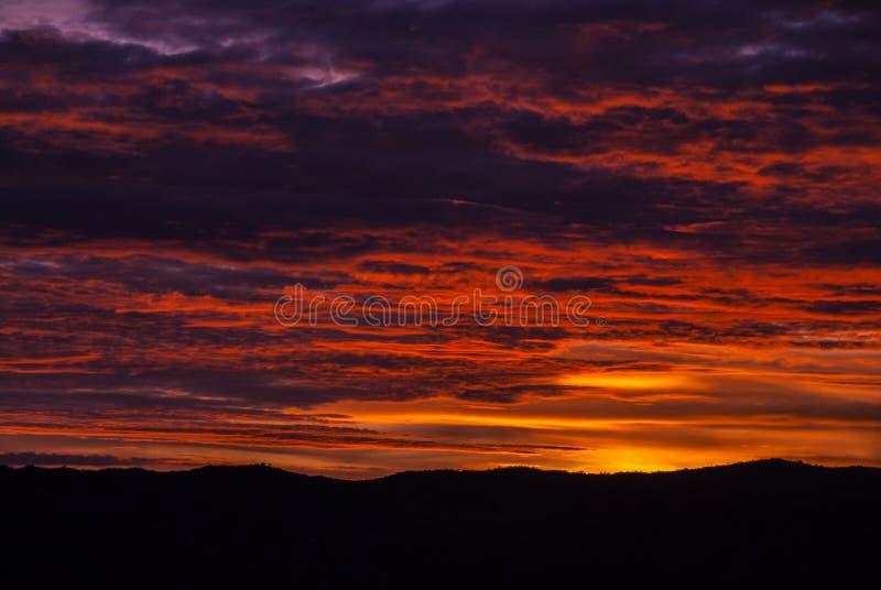 Soluppg?ngmoln och berg i Guatemala, dramatisk himmel med klockas slagf?rger royaltyfria foton