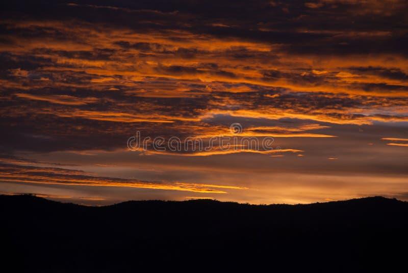 Soluppg?ngmoln och berg i Guatemala, dramatisk himmel med klockas slagf?rger arkivbild