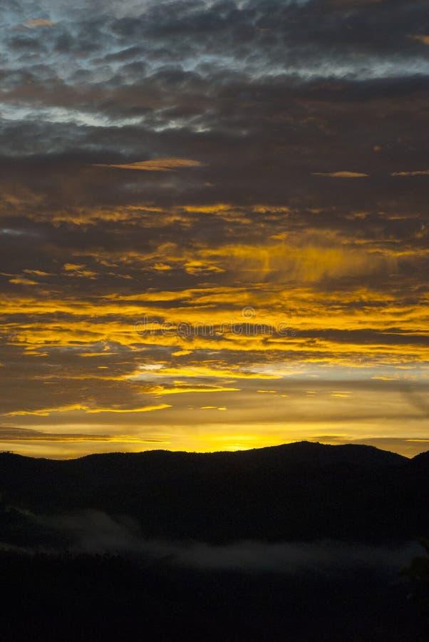 Soluppg?ngmoln och berg i Guatemala, dramatisk himmel med klockas slagf?rger royaltyfri fotografi