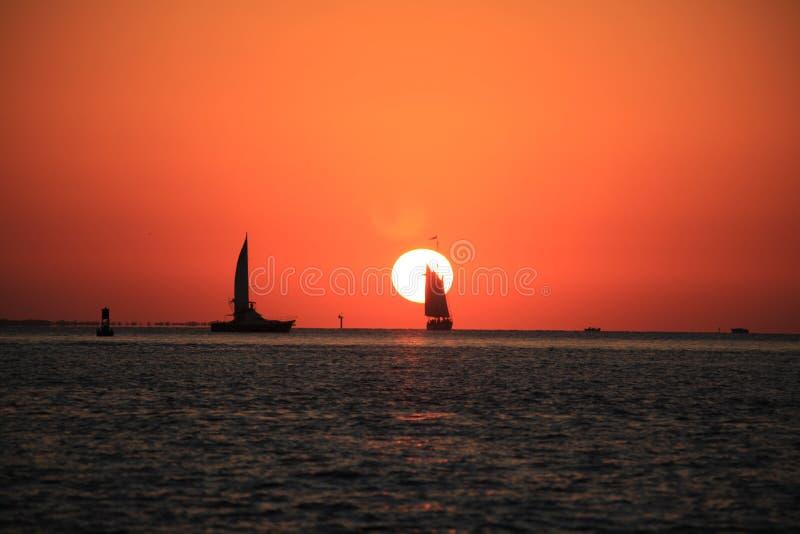 Soluppsättning, fartyg och segling arkivbilder