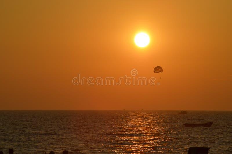 Soluppsättning på Goa kuster fotografering för bildbyråer