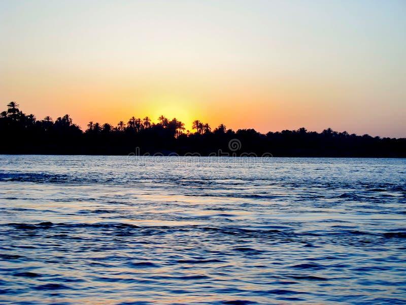 Soluppsättning på Nilen royaltyfri bild